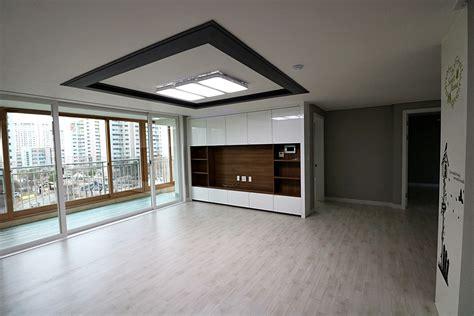 그레이톤 벽지와 수납형 아트월 구성이 인상적인 30평대 아파트