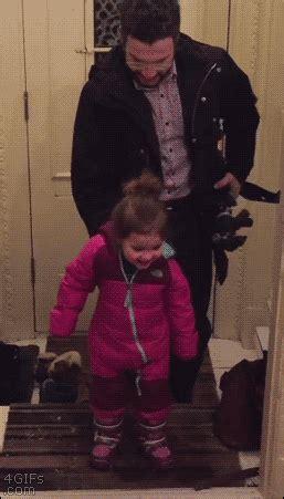아빠가 딸 신발 벗기는 방법 : 네모판